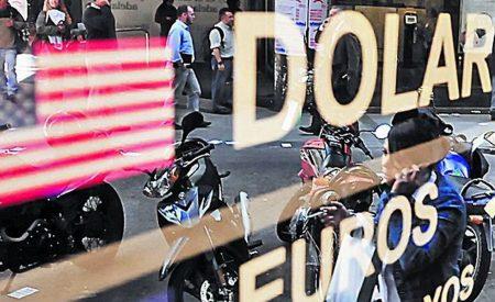 Dólar cae y se ubica en niveles mínimos en casi un mes