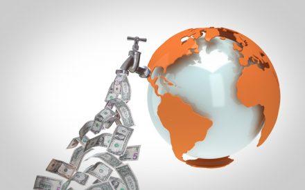 Mercados emergentes sufren fuga récord ante temores por guerra comercial