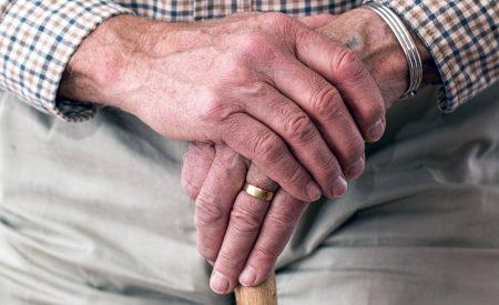El 50% de los adultos mayores activos en el mercado laboral recibe sueldos bajo $307 mil
